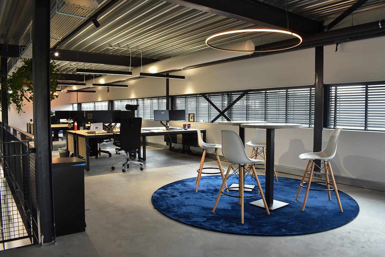 kantoor zuiver media met houten jaloezieen