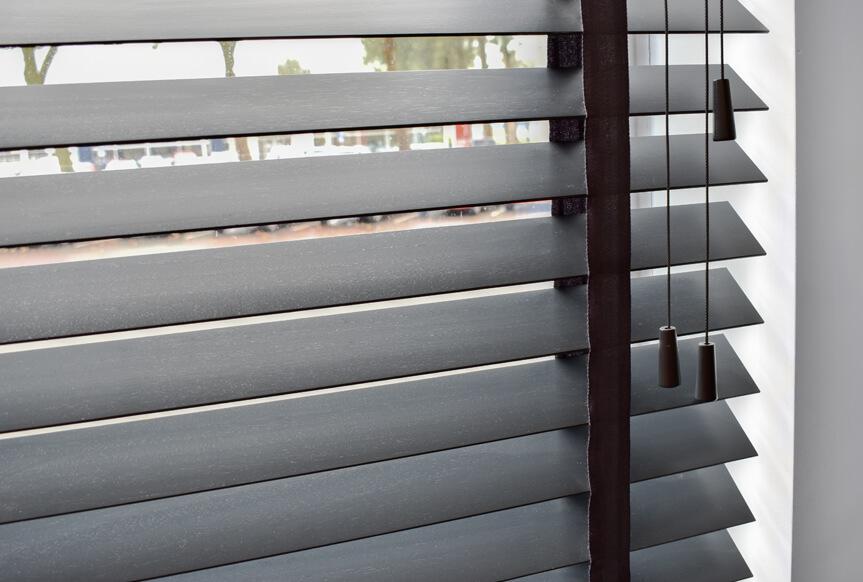 detailfoto abachi houten jaloezie 70mm antraciet kantoor
