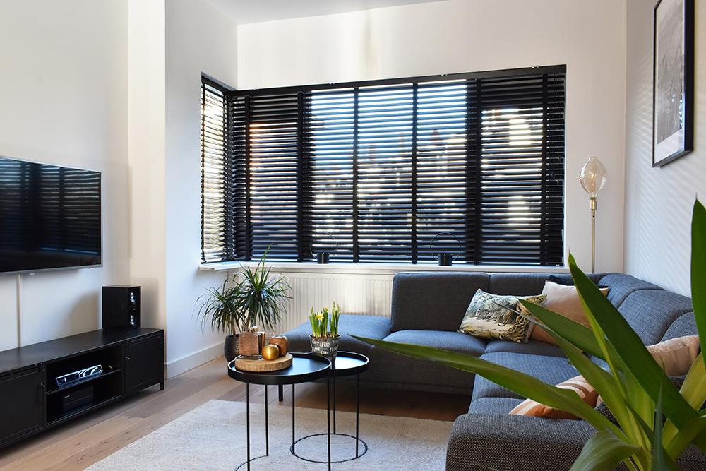 zwarte aluminium jaloezieen woonkamer