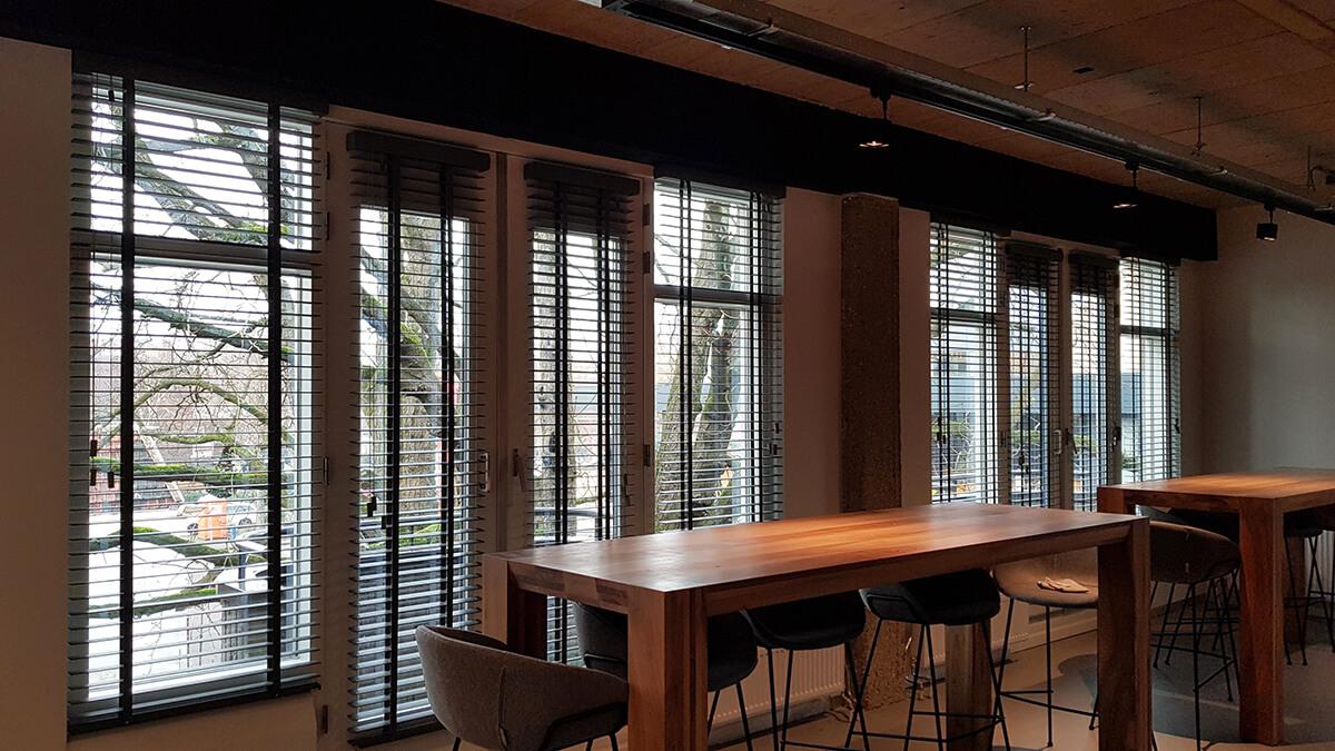 kantine grote ramen met houten jaloezieen
