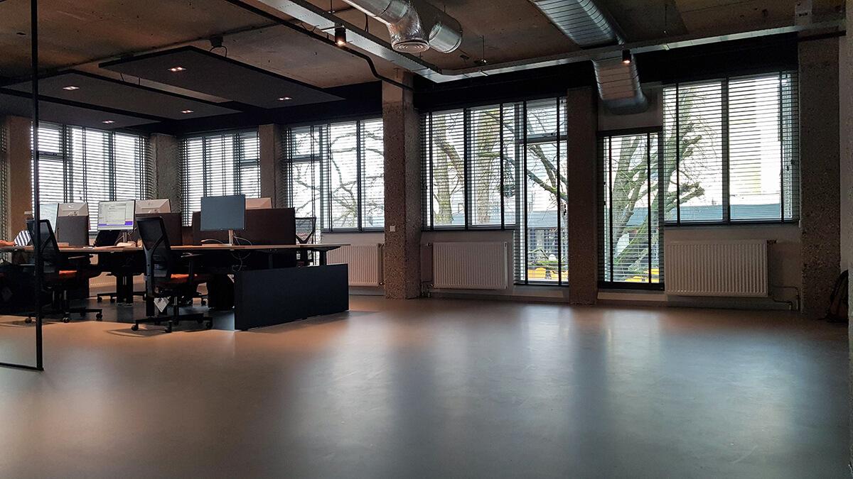 grijze houten jaloezieen kantoor