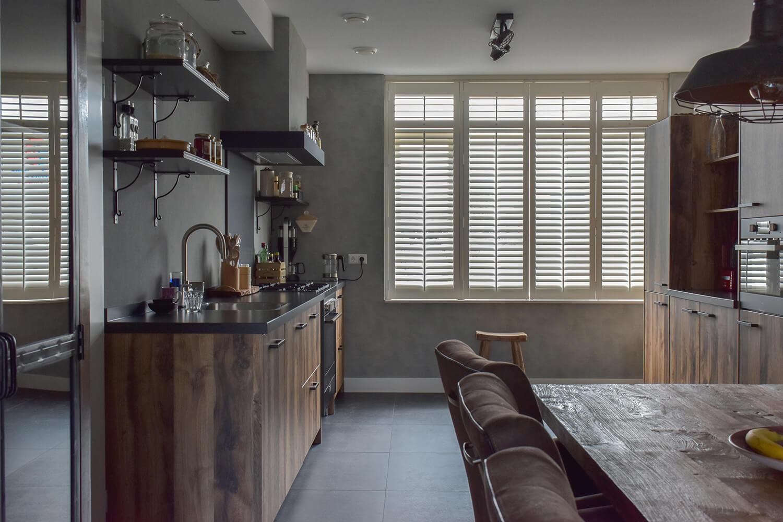witte houten shutters keuken overview