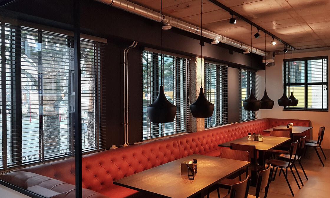 kantine met houten jaloezieen als raamdecoratie