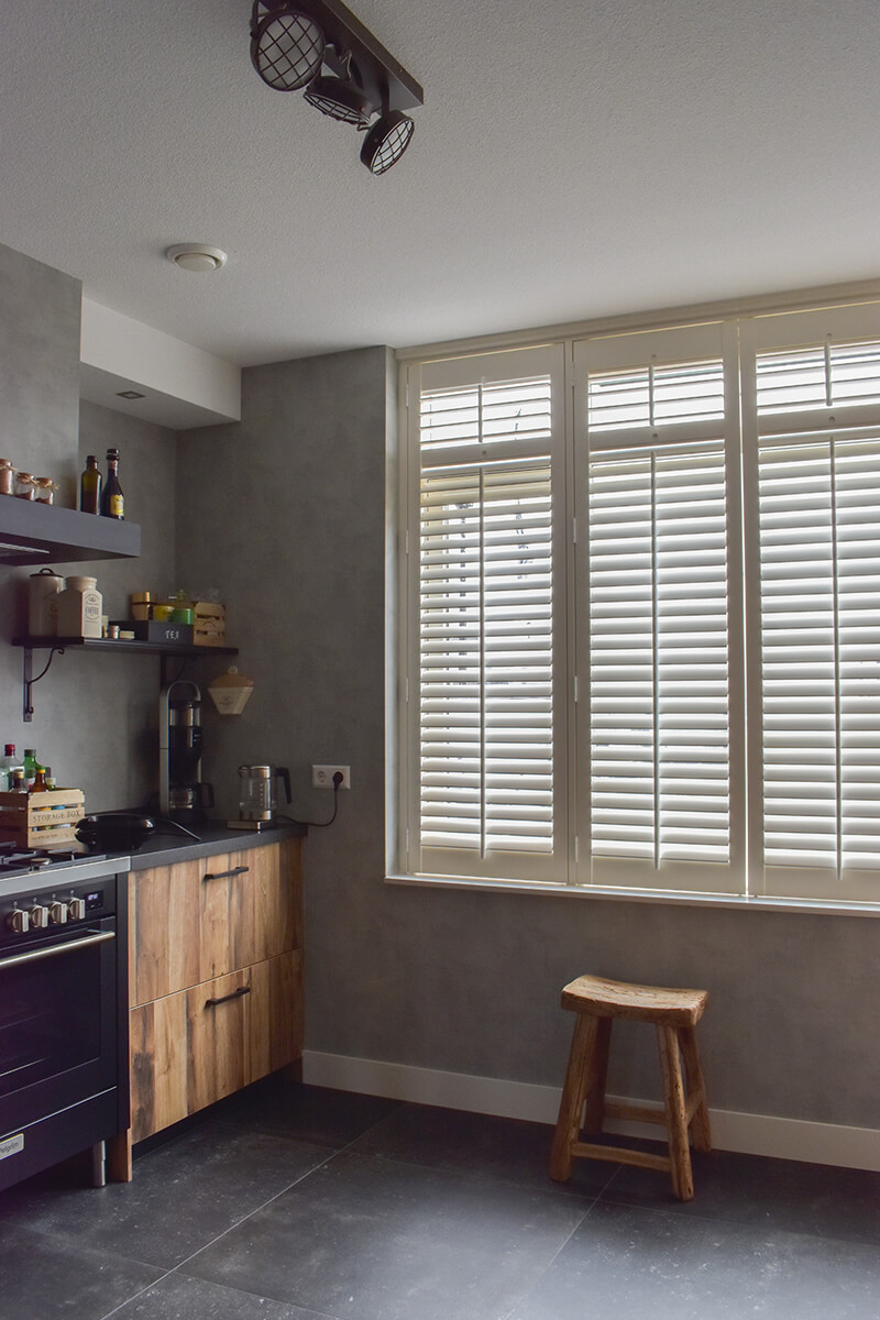 witte shutters hout keukenraam