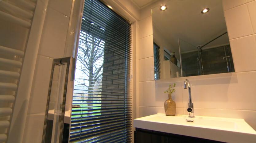 uitstel van executie badkamer met raamdecoratie van raambekleding nederland.nl