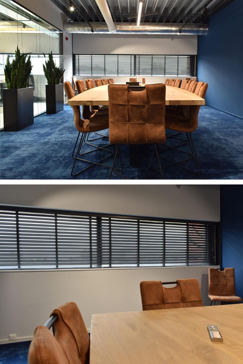 brede ramen vergaderzaal met houten jaloezieen