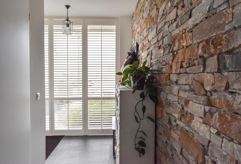witte houten shutters hal