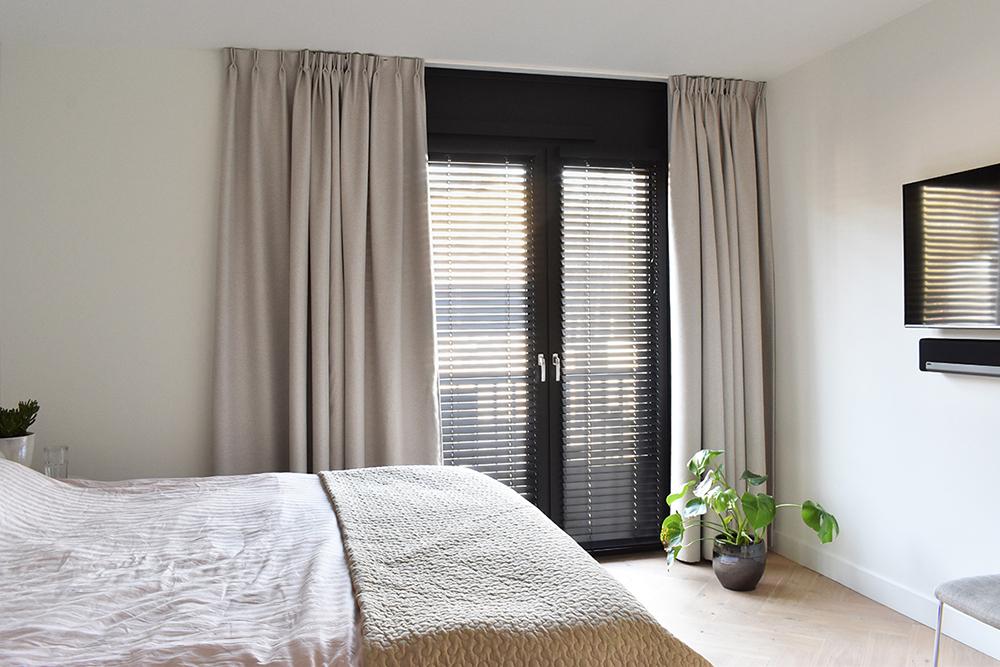 zwarte houten jaloezieën slaapkamer