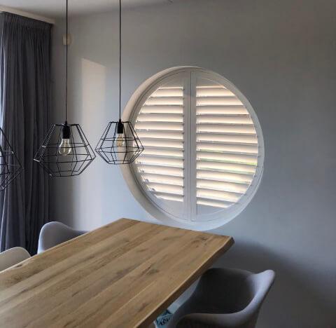 Speciale vorm shutter rond raam