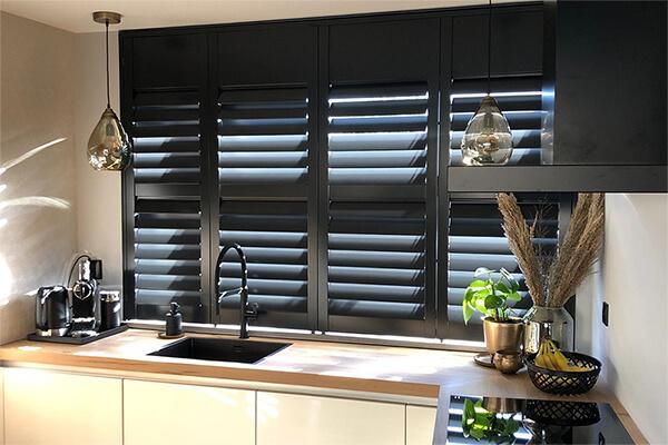 shutters keuken raam op maat zwart