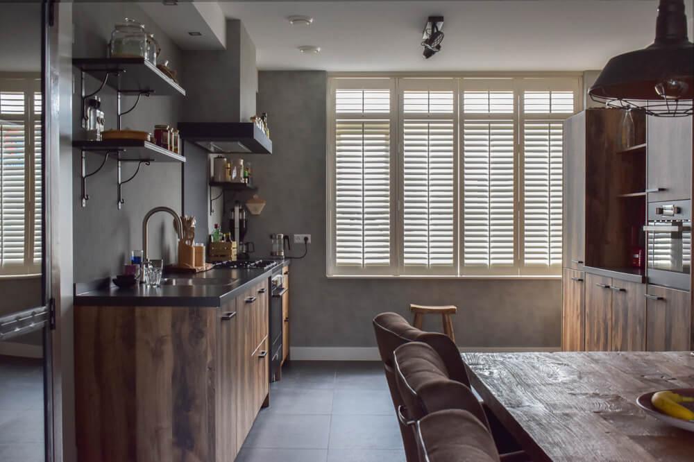 witte shutters op maat voor de keuken