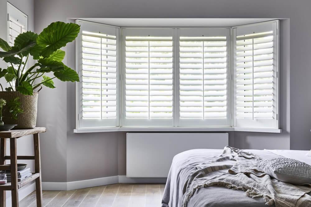 witte shutters erker slaapkamer