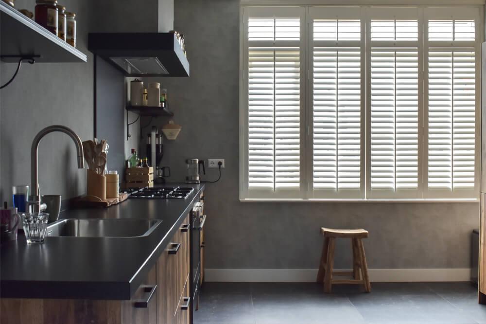 witte shutters hout keuken
