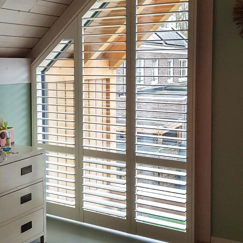 witte shutter schuin raam