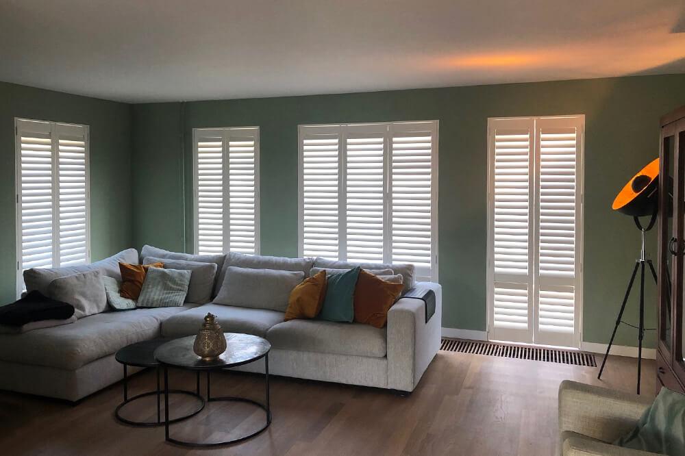 witte shutters woonkamer