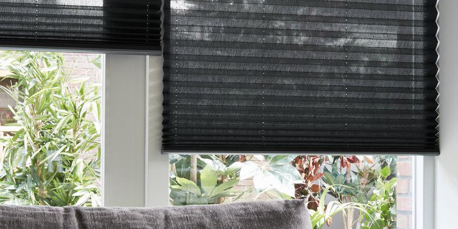 zwart plisse gordijn semi transparant