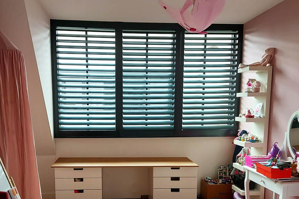 zwarte shutters kinder slaapkamer