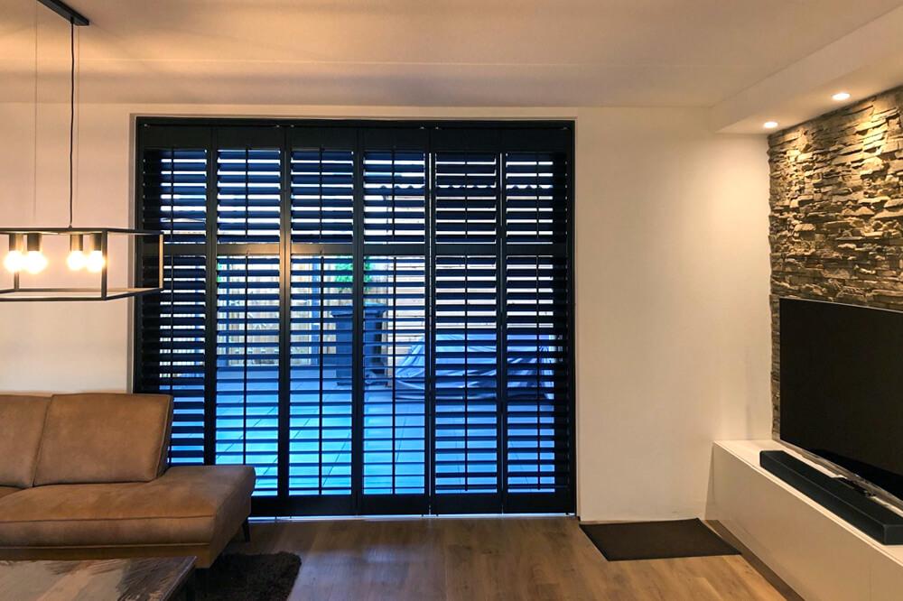 zwarte shutters schuifpui woonkamer